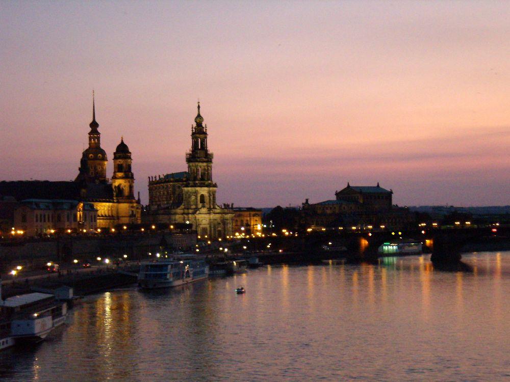 Vista notturna di Dresda